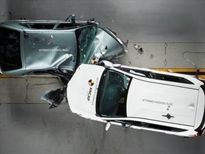 Corolla 1998 vs Corolla 2015 en una prueba de choque