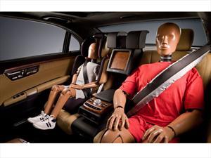 Mercedes-Benz presenta cinturones de seguridad posteriores con airbags