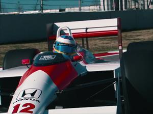 Fernando Alonso conduce el McLaren MP4/4 de Ayrton Senna