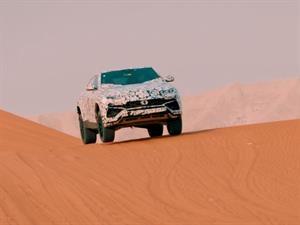 Video: Lamborghini Urus se anticipa jugando en el desierto