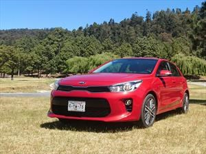 ¿Qué auto subcompacto hatchback de cinco puertas se maneja mejor?