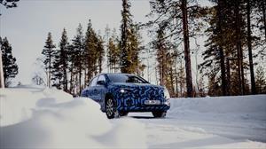 Mercedes-Benz EQA juega en la nieve