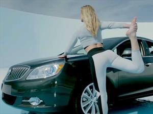 Buick te enseña a hacer Yoga en el auto con la ayuda de Bar Refaeli