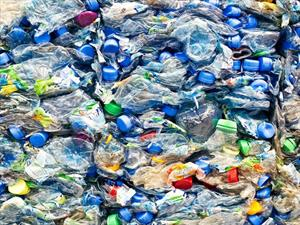 Tesla utiliza botellas recicladas en sus vehículos