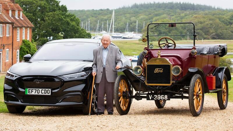 Un hombre de 101 años maneja el Mustang Mach-E, a 90 años de aprender a conducir en un Model T