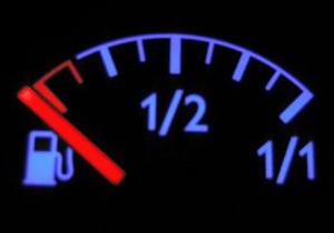¿Qué problemas puede traer manejar siempre con poco combustible?