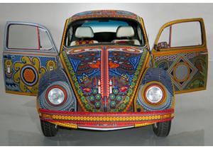 Vochol, un Volkswagen Sedán revestido de arte huichol