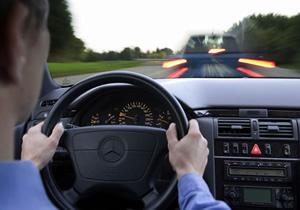 ¿Cómo detener tú auto si se queda atascado el acelerador?
