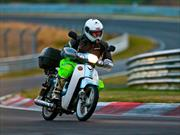Video: Viaja 18.000 Km en su motoneta para recorrer el Nürburgring Nordschleife