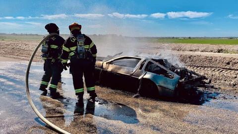 Se prende fuego un DMC DeLorean y los bomberos se ponen chistosos