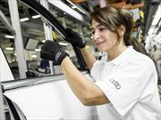 Empleados de Audi utilizan guantes médicos en la línea de producción