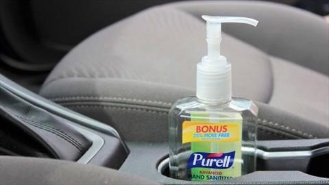 Por qué no es bueno dejar el gel antibacterial en el interior del automóvil