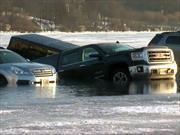 Vehículos caen a través de un lago congelado