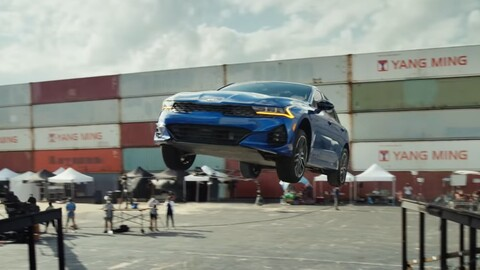 Mirá la acrobacia hecha por un KIA K5 en el aire