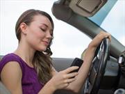 Este video muestra cómo se distraen los adolescentes al volante
