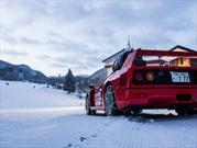 Un Ferrari F40 asciende una montaña cubierta de nieve