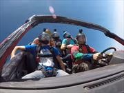 Paracaidistas saltan desde el aire a bordo de un automóvil