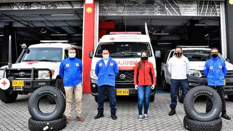 Bridgestone renueva llantas de 42 ambulancias de la Cruz Roja