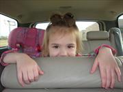 Cuidar a los niños en el carro es más peligroso que usar el celular