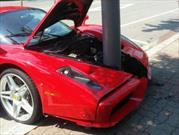 Chocan un Ferrari Enzo contra un poste