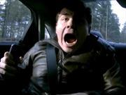 Video: Piloto de carreras espanta a periodista de autos
