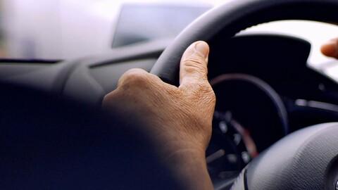 Conductor maneja en sentido contrario con un cadáver de copiloto