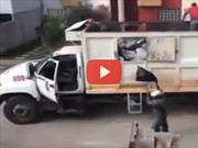 Video: Un camionero que hace el trabajo de dos personas