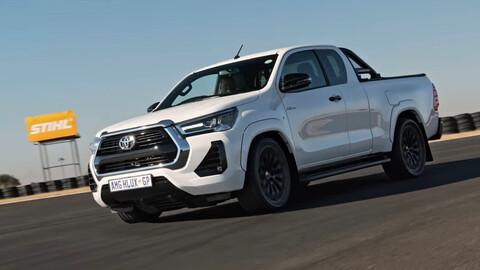 Mirá esta Toyota Hilux con un V8 6.2L de AMG