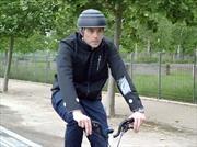 """Ford desarrolla una chamarra """"inteligente"""" que eleva la seguridad de los ciclistas"""