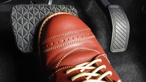 ¿Qué tipo de zapatos son los más seguros para conducir un automóvil?