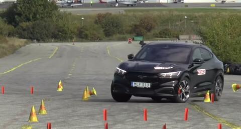 Video: Ford Mustang Mach-E no sale bien librado en prueba del alce