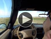 Hombre se desmaya mientras conducía su auto en la carretera