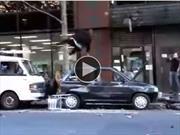 Video: Hombre furioso destruye su auto en la calle