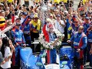 Takuma Sato se toma la leche en la edición 2017 de la Indy 500