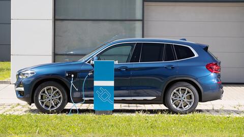 ¿Qué beneficios ofrece un auto híbrido enchufable en su conducción?