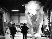 Escultura de león engalana stand de Peugeot en Ginebra