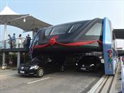 Este bus chino circula sobre otros vehículos