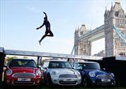 Atleta salta tres MINI Cooper