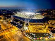 Estadio de fútbol es iluminado con baterías de autos eléctricos