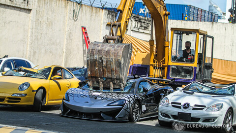 Autos deportivos son confiscados y destruidos en Filipinas