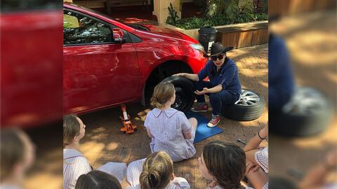 Un colegio secundario le enseña mecánica ligera a sus alumnas