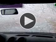 Granizo arruina el parabrisas de un automóvil
