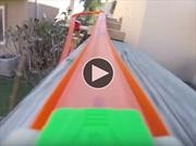 Video: Una pista de Hot Wheels enorme en el patio de una casa