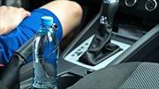 ¿Por qué es peligroso beber agua embotellada que ha sido dejada por días en el automóvil?