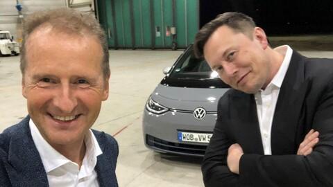 Elon Musk deja sus Tesla un rato, para probar el Volkswagen ID.3