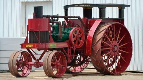 Esta especie de locomotora en realidad es un tractor de 1920; vale 3 millones de pesos