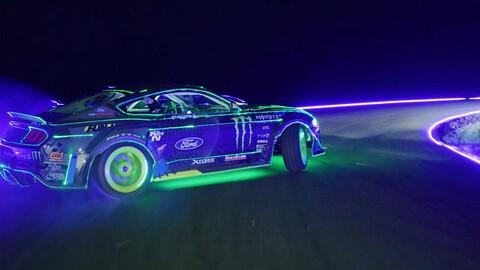 Vaughn Gittin Jr. driftea un Mustang al más puro estilo de la película Tron