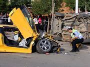 Un mecánico destruye un Lamborghini Murciélago en China