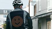 Esta sofisticada chamarra con Emojis es un verdadero salvavidas para quienes andan en bicicleta