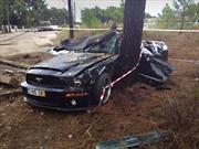 Futbolista argentino destroza su Ford Mustang y se salva de milagro
